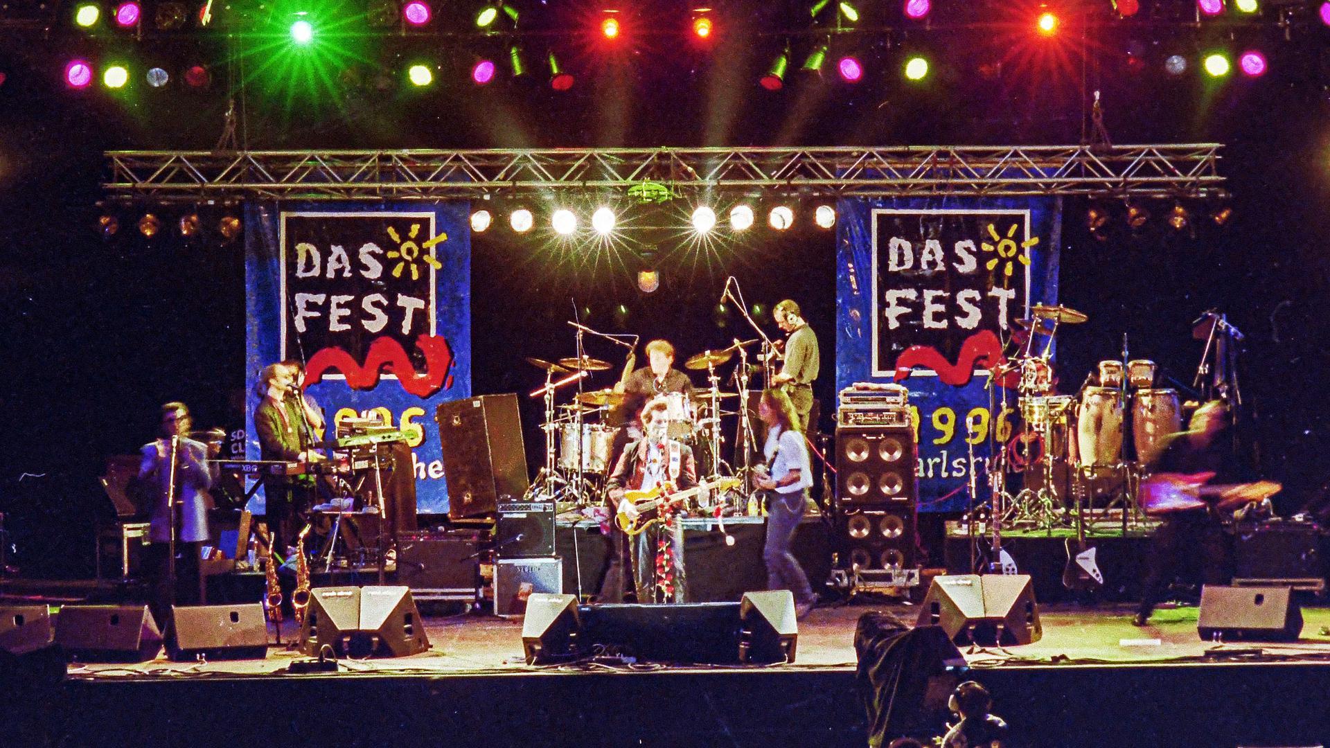 ©ARTIS-Uli Deck// 20.07.1996 Das Fest 1996 in der Karlsruher Günther-Klotz-Anlage, Auftritt von Willy de Ville -Copyright -ARTIS-ULI DECK Werrabronner Strasse 19  D-76229 KARLSRUHE TEL:  0049 (0) 721-84 38 77  FAX:  0049 (0) 721 84 38 93   Mobil: 0049 (0) 172 7292636 E-Mail:  deck@artis-foto.de www.artis-foto.de Veroeffentlichung nur gegen Honorar nach MFM zzgl. gesetzlicher. Mehrwertsteuer, kostenfreies Belegexemplar und Namensnennung: ARTIS-Uli Deck.  Es gelten meine AGB., abzurufen unter :    http://artis-foto.de/agb01_2008_DE.pdf