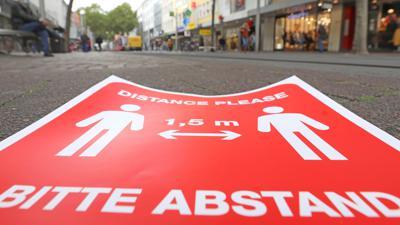 Abstand-Halten-Schild auf der Kaiserstraße