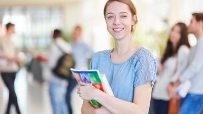 Junge Frau an einer dualen Hochschule.