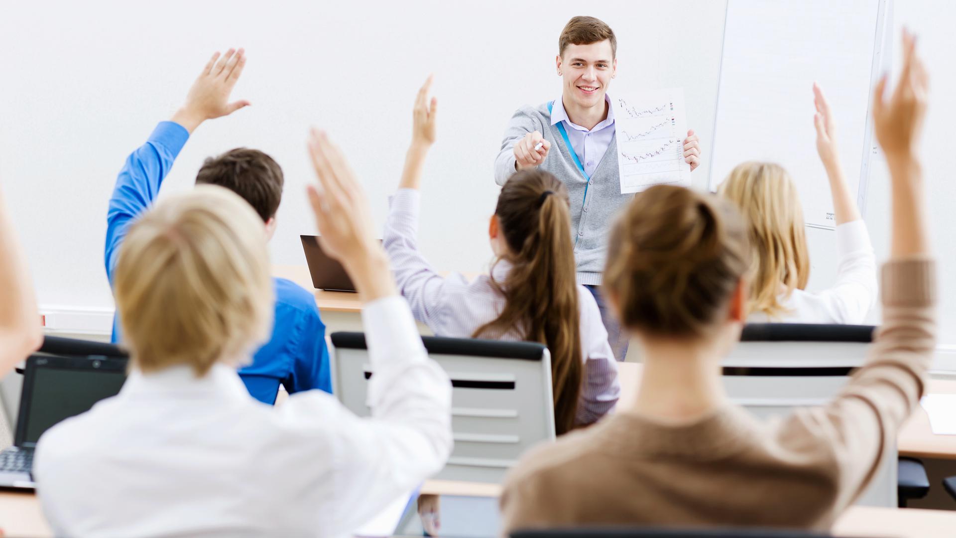 Studenten an einer dualen Hochschule im Seminar.