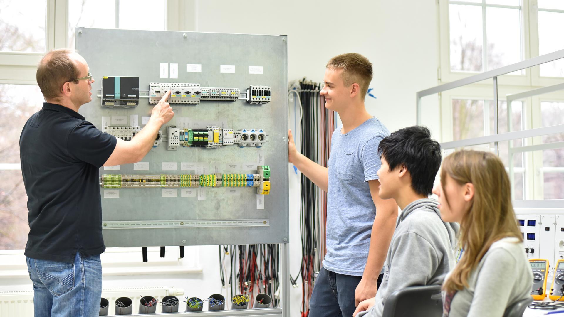 Auszubildende im Berufsfeld des Elektrikers.
