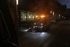Eine Kehrmaschine des Afa reinigt um 6 Uhr morgens die Straßenränder in der nördlichen Waldstraße.