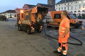 Anatoli Wilwer beim Betanken des Schwemmwagens mit Wasser