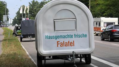 Anhänger mit Werbung auf einem öffentlichen Parkplatz