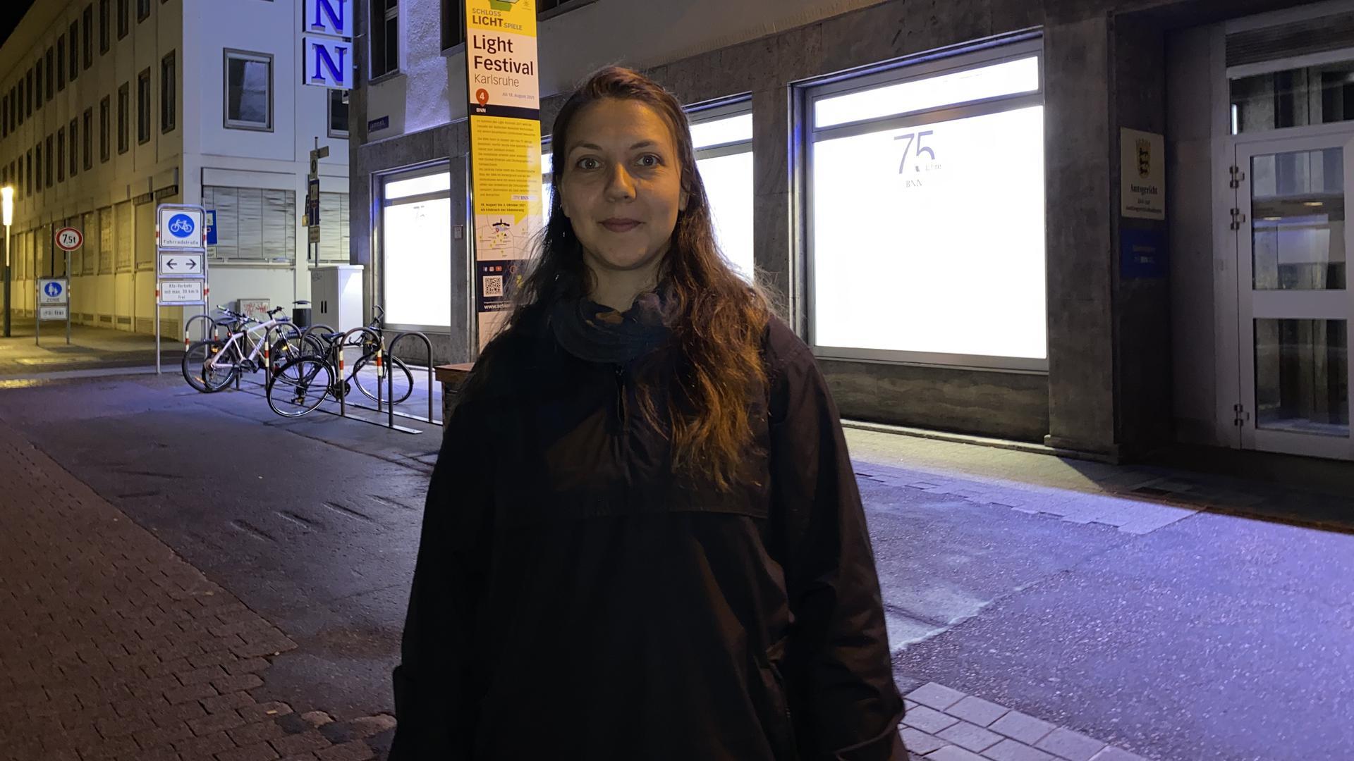 Astrid Ottenhues vor dem BNN-Gebäude in der Lammstraße.