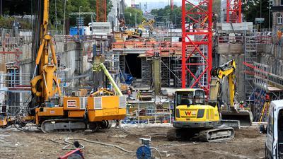 Bagger und Kräne an der Baustelle für den Kriegsstraßentunnel.