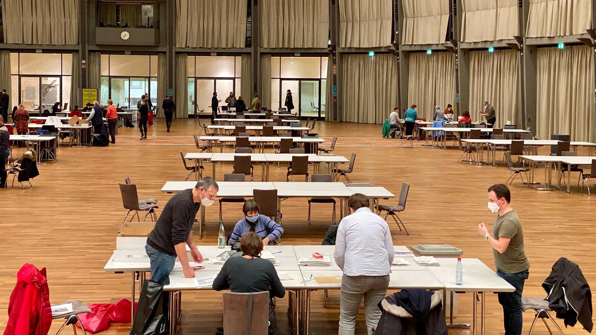 Gegen 19.30 Uhr leeren sich die Tische in der Schwarzwaldhalle bereits zunehmend, die meisten Briefwahl-Stimmen sind ausgezählt.