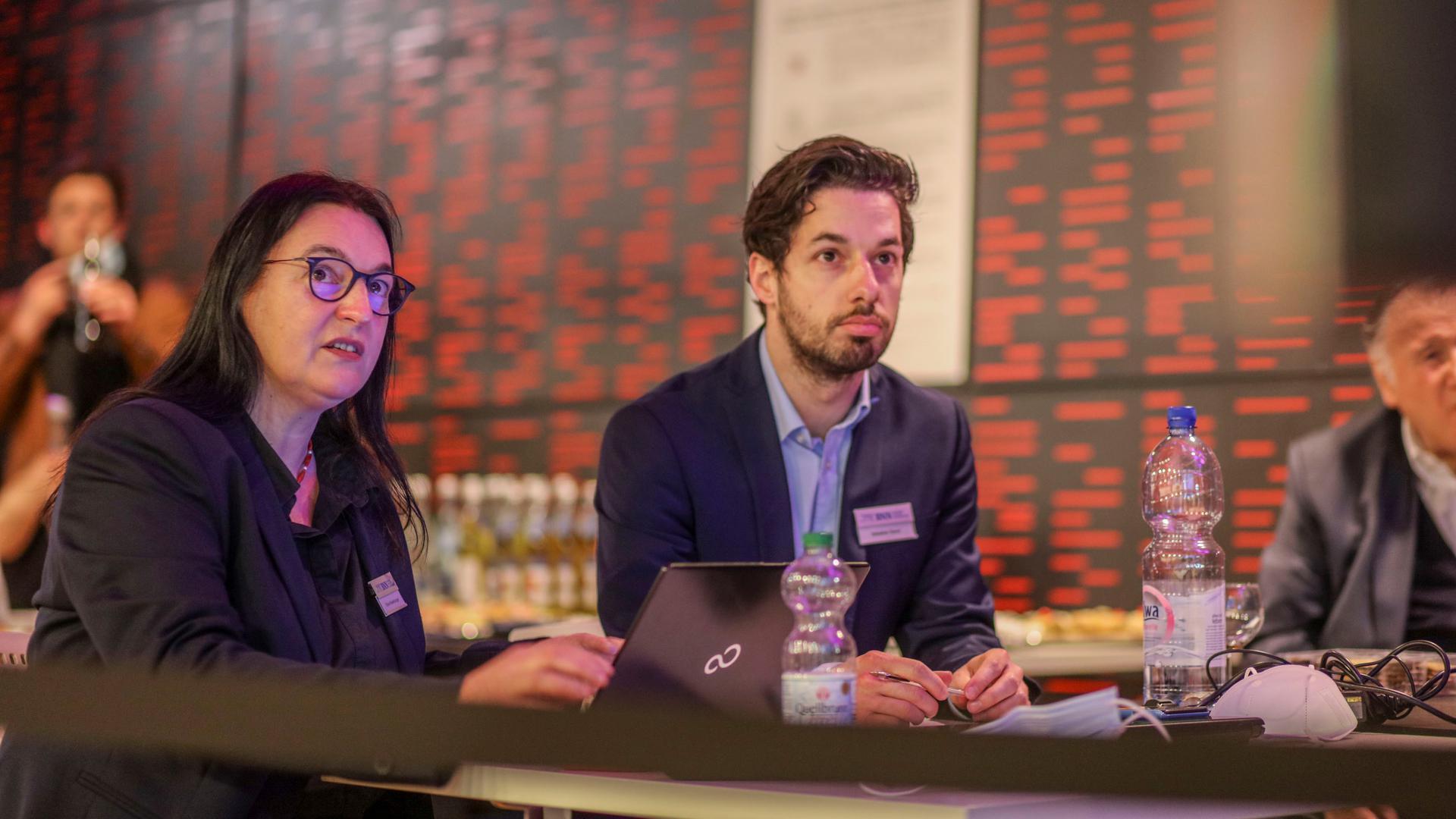 Die BNN-Autoren Elvira Weisenburger und Sebastian Raviol beobachten das BNN-Forum im ZKM in Karlsruhe.
