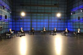 Die Spitzenkandidaten der Landtagswahl Badne-Württemberg sitzen mit großem Abstand auf einer Bühne.