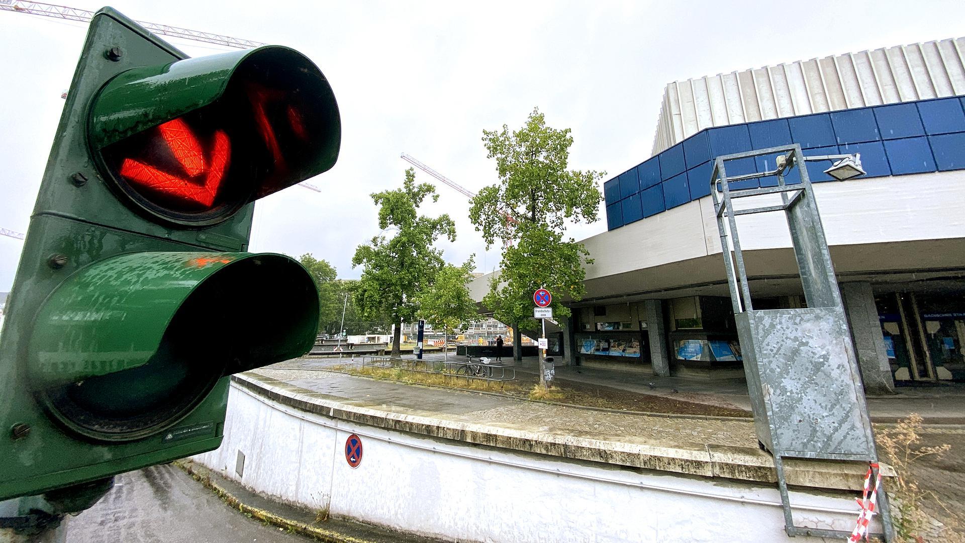 Eine rote Ampel vor dem Badischen Staatstheater in Karlsruhe.
