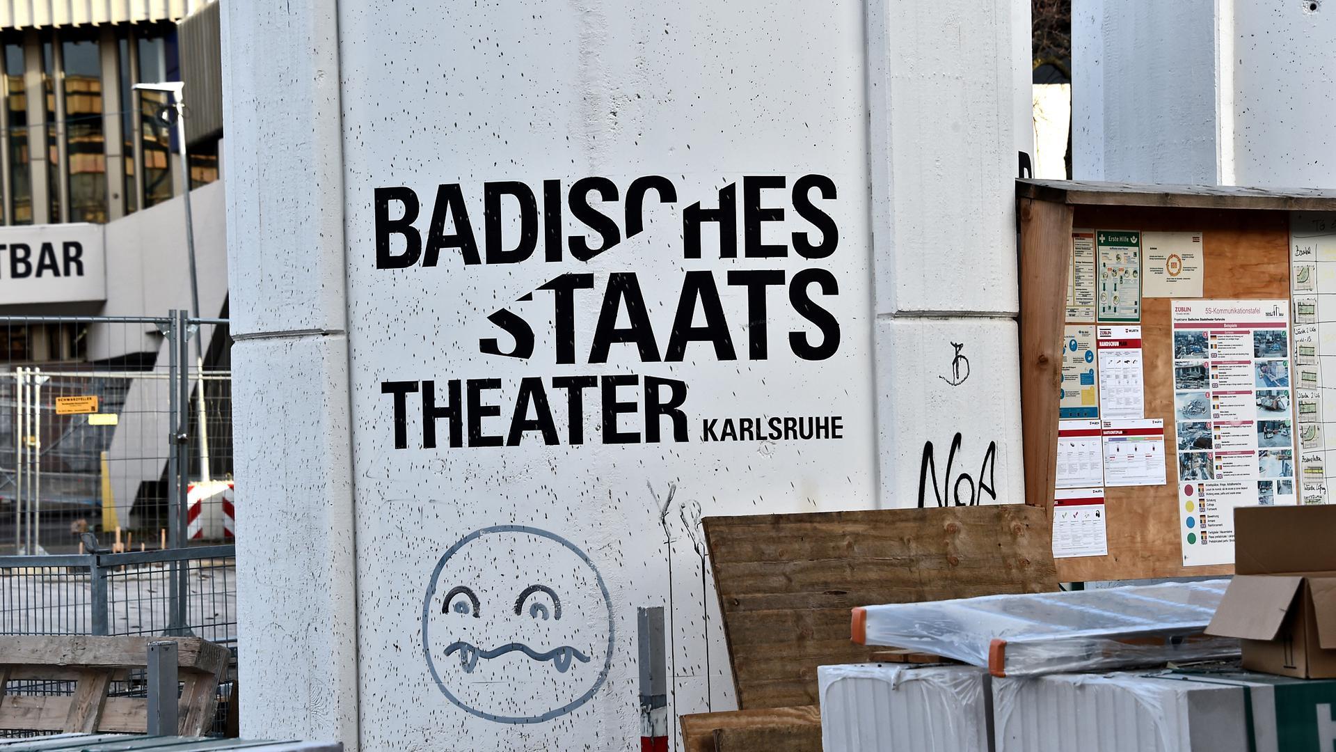 Am Badischen Staatstheater soll ein Mitarbeiter einen Statisten vergewaltigt haben. Das Verfahren landet nun doch vor Gericht.