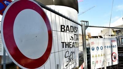 Das Badische Staatstheater und die Baustelle während des zweiten Corona-Lockdowns im November