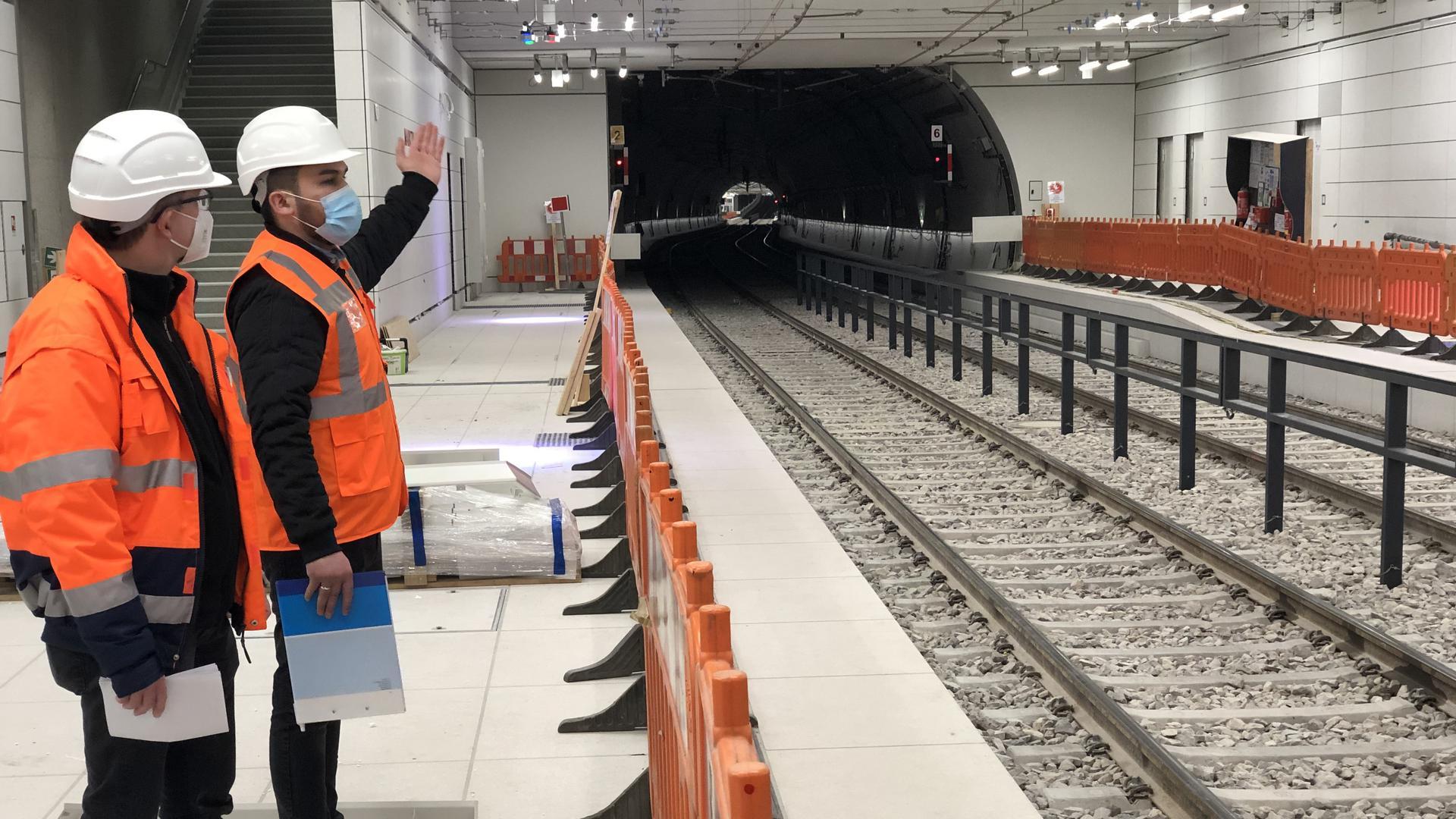 Trennung im Tunnel: Der Bauzaun sperrt den Bahnsteig, wo die Bauarbeiten weiterlaufen,  von den Gleisen ab. So können die Bahnen beim Stresstest für die U-Strab unbehelligt rollen.