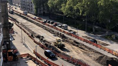 Im Mai 2021 entstanden nahezu täglich einige Meter der endgültigen Fahrbahnen für die oberirdisch fahrenden Autos und die Radler auf der Kriegsstraße. Gehwege wurden gepflastert und Grünstreifen angelegt.