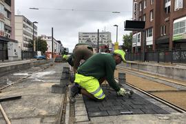 Pflaster für die Gleise: Von der Haltestelle Karlstor bis zur Kriegsstraße liegen die Gleise schon – die Zwischenräume werden nun gepflastert.
