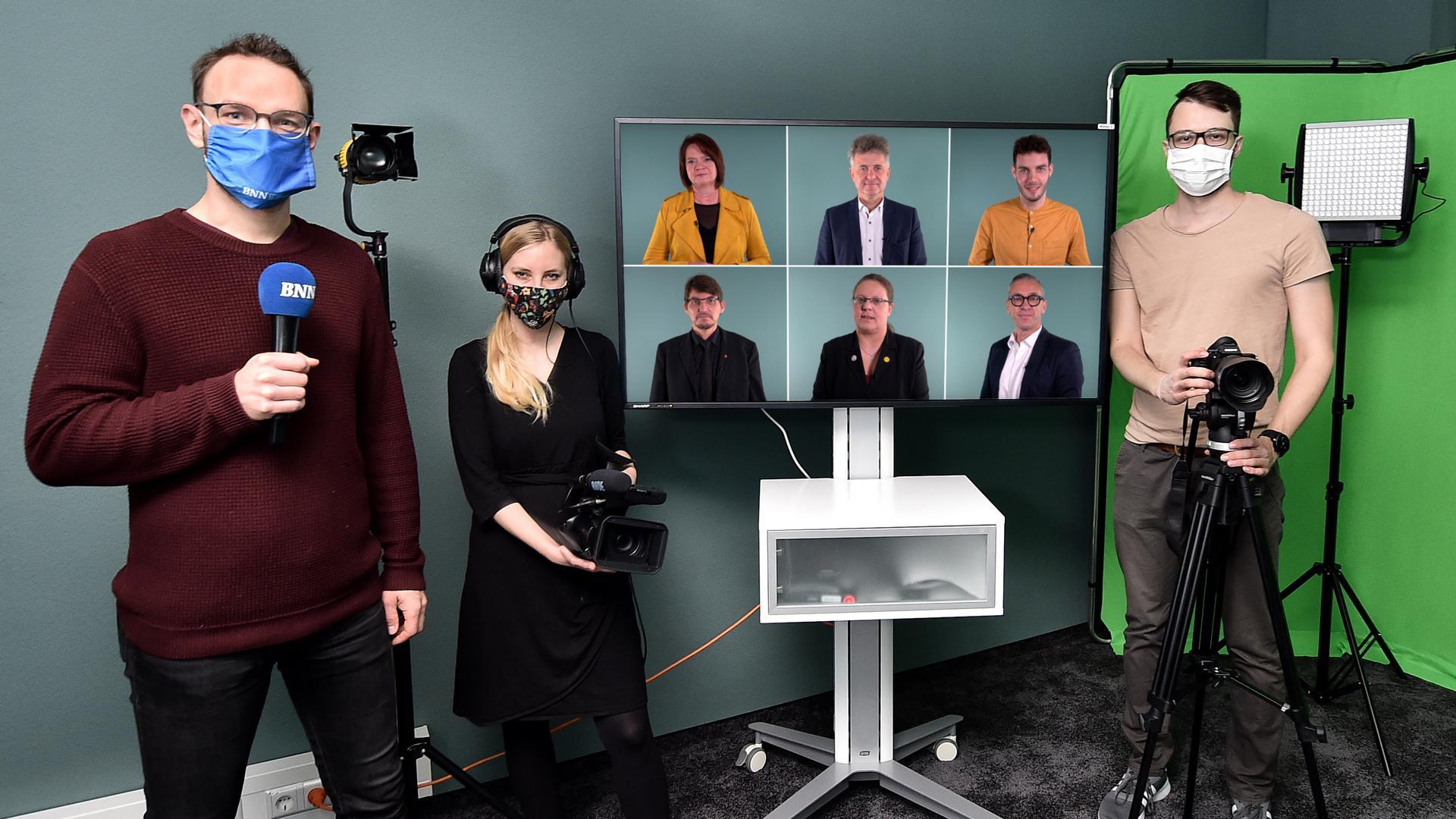 BNN-Redakteur Pascal Schütt (von links), Mediengestalterin Tanja Mori Monteiro und Videospezialist Christian Bodamer im Studio der BNN im Verlagshaus in Neureut.