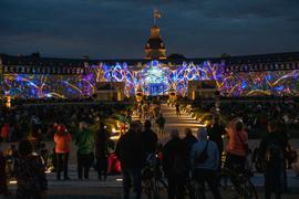 Menschen betrachten die Schlosslichtspiele in Karlsruhe.