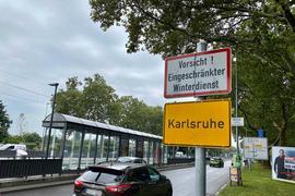 """""""Vorsicht! Eingeschränkter Winterdienst"""": Mit dieser Warnung begrüßt Karlsruhe seine Gäste an vielen Ortsschildern."""
