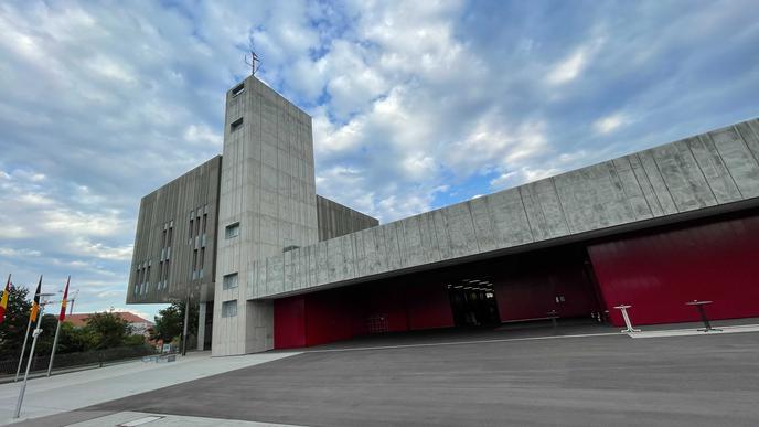 Neue Hauptfeuerwache in Karlsruhe: Nach 95 Jahren im alten Domizil in der Ritterstraße steht den Feuerwehrleuten nun ein moderner, sechsgeschossiger Gebäudekomplex in Passivhaus-Standard zur Verfügung.