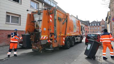 Leerung einer Biomülltonne in der Grazer Straße in Durlach