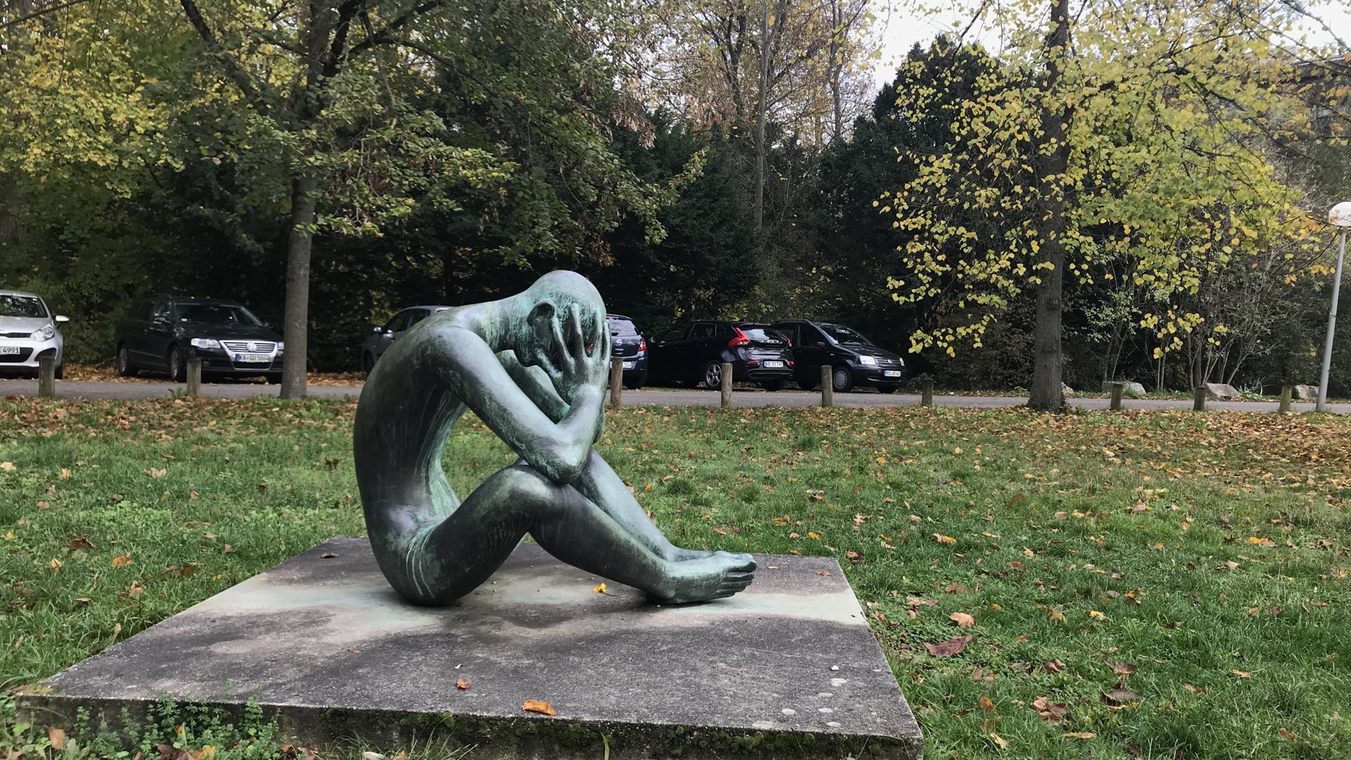"""Bedrückende Gedanken? """"Der Denkende"""" von Karl-Heinz Krause sitzt in sich versunken auf dem KIT-Campus Süd."""