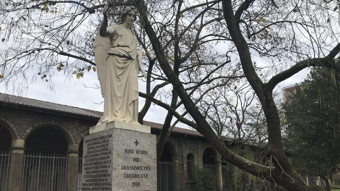 Ein Engel für die Brandopfer: Die Figur auf einem Sockel vor der Gruftenhalle des Alten Friedhofs erinnert an den Brand des Karlsruher Hoftheaters im Jahr 1847, bei dem 63 vor allem junge Menschen starben.