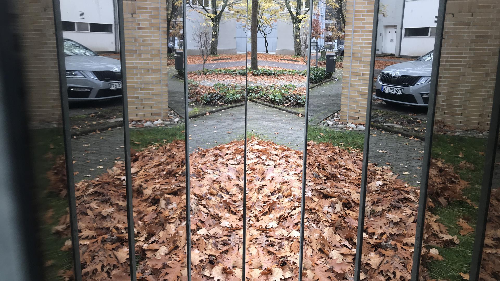 """Innere Werte: Beim Blick zwischen die Steinplatten von Michaela Kölmels Werk """"Ohne Titel"""" auf dem KIT-Campus Süd offenbart sich ein reizvolles Spiegel-Bild."""