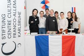 Das Team der Stiftung Centre Culturel Franco-Allemand Karlsruhe mit Leiterin Marlène Rigler (links), Mitarbeiterinnen, Praktikanten und Volontären am deutsch-französischen Tag im Regierungspräsidium Karlsruhe im Februar 2020.