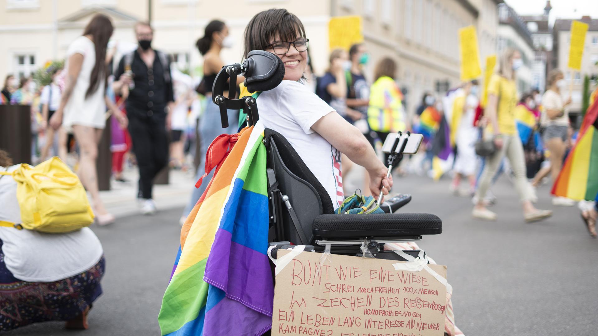 """""""Bunt wie eine Wiese"""" steht auf dem Plakat dieser Demoteilnehmerin."""