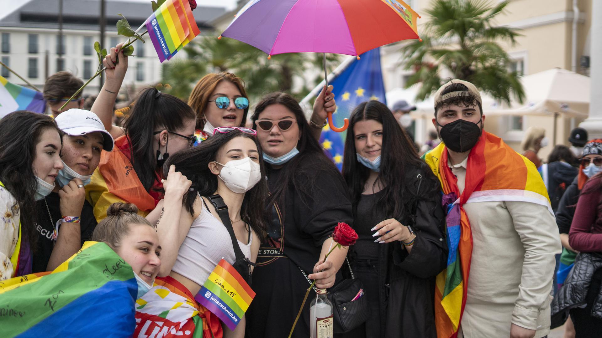 Teilnehmer des CSD stehen für ein Gruppenfoto beieinander
