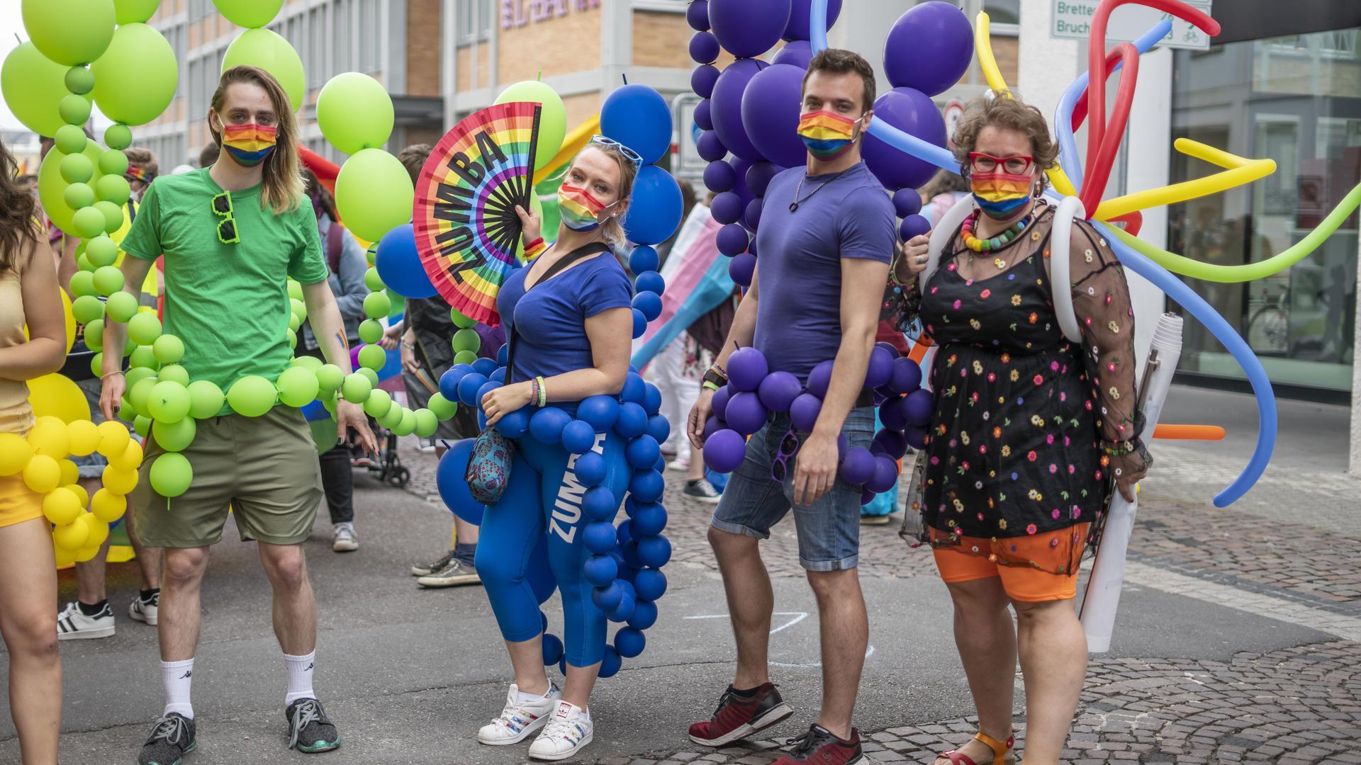 Menschen nehmen am CSD Karlsruhe teil
