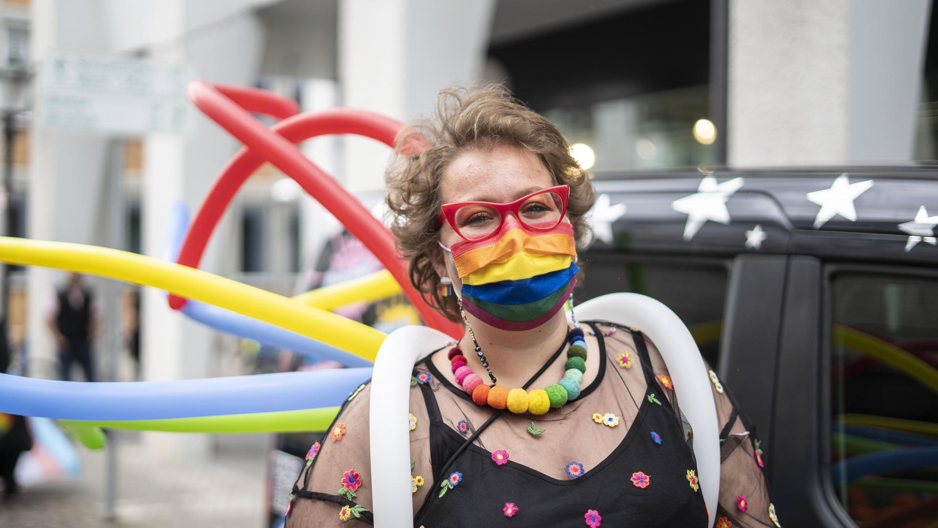 Frau trägt Kleider in Regenbogenfarben