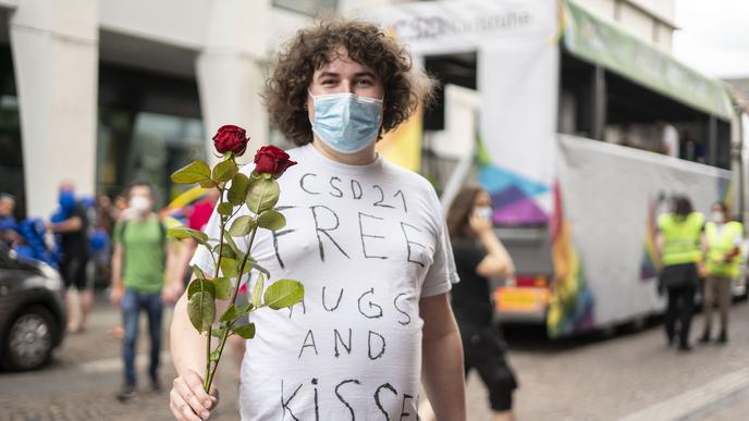"""Free Hugs and Kisses"" steht auf einem Shirt"