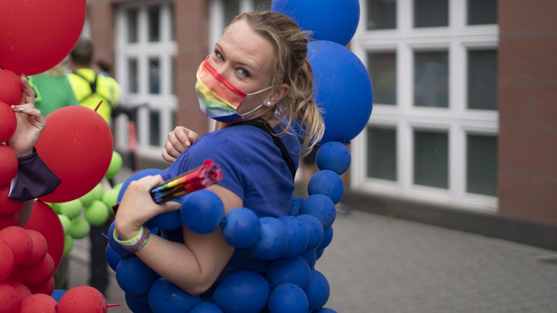 Frau tanzt mit Ballons