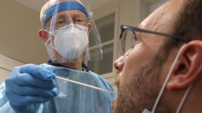 Hausarzt Berthold Borst macht einen Abstrich aus dem Rachen.