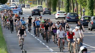 Ein Bild aus frühen Tagen: Im Juni 2016 rollen Karlsruher Radler bei einer Critical-Mass-Ausfahrt über die Herrenalber Straße. Einige Teilnehmer tragen signalfarbene Westen, sie begleiten und ordnen das Geschehen bei Bedarf. Schon damals eskortiert Polizei die Gruppe. Dahinter staut sich der Autoverkehr.