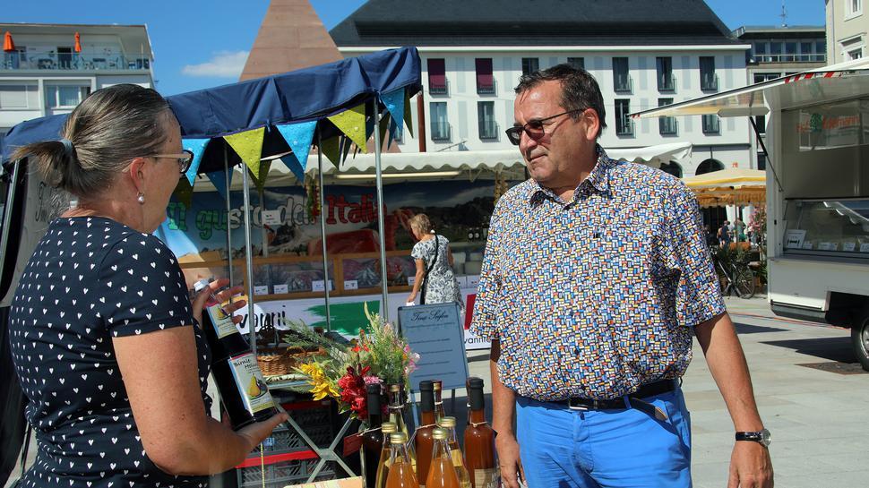 Im Gespräch: Marktamtschef Armin Baumbusch mit Händlerin Claudia Lissner.