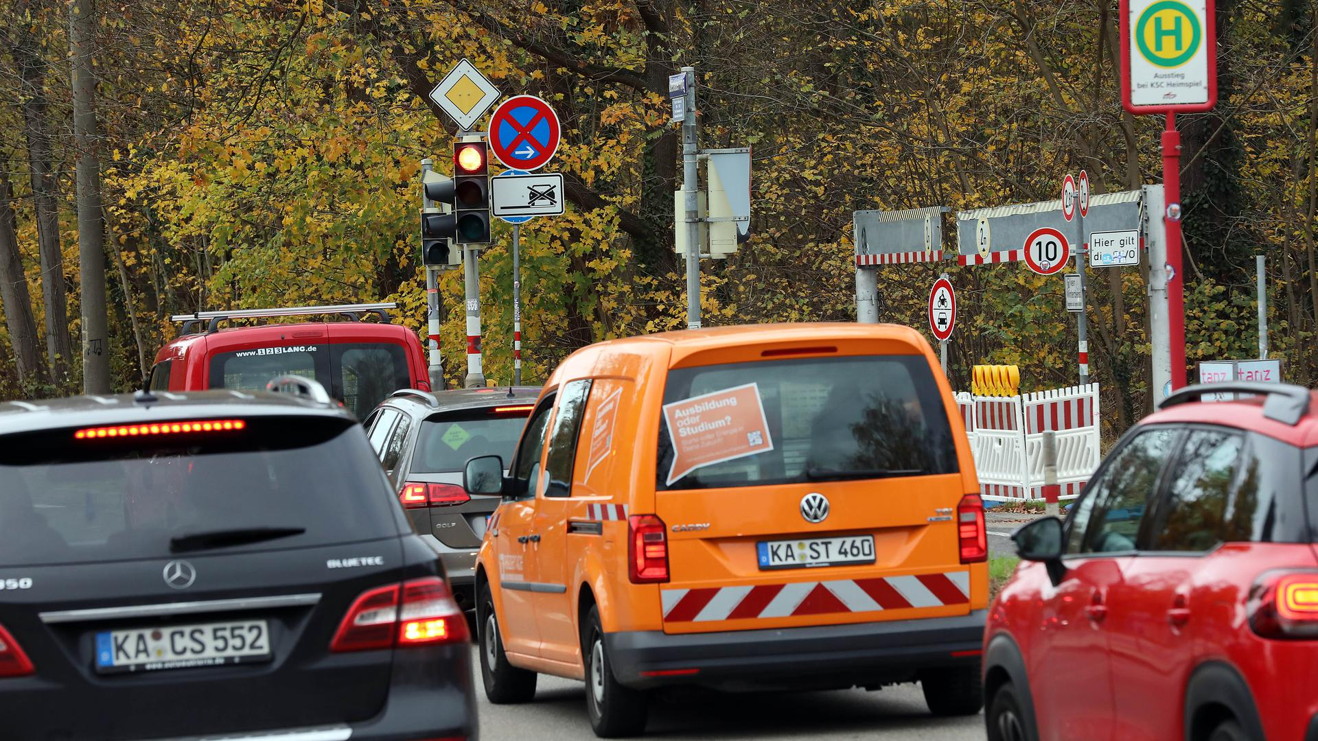 © Jodo-Foto /  Joerg  Donecker// 17.11.2020 Ampelschaltung beim Birkenparkplatz und KSC-Stadion,         -Copyright - Jodo-Foto /  Joerg  Donecker Sonnenbergstr.4  D-76228 KARLSRUHE TEL:  0049 (0) 721-9473285 FAX:  0049 (0) 721 4903368  Mobil: 0049 (0) 172 7238737 E-Mail:  joerg.donecker@t-online.de Sparkasse Karlsruhe  IBAN: DE12 6605 0101 0010 0395 50, BIC: KARSDE66XX Steuernummer 34140/28360 Veroeffentlichung nur gegen Honorar nach MFM zzgl. ges. Mwst.  , Belegexemplar und Namensnennung. Es gelten meine AGB.