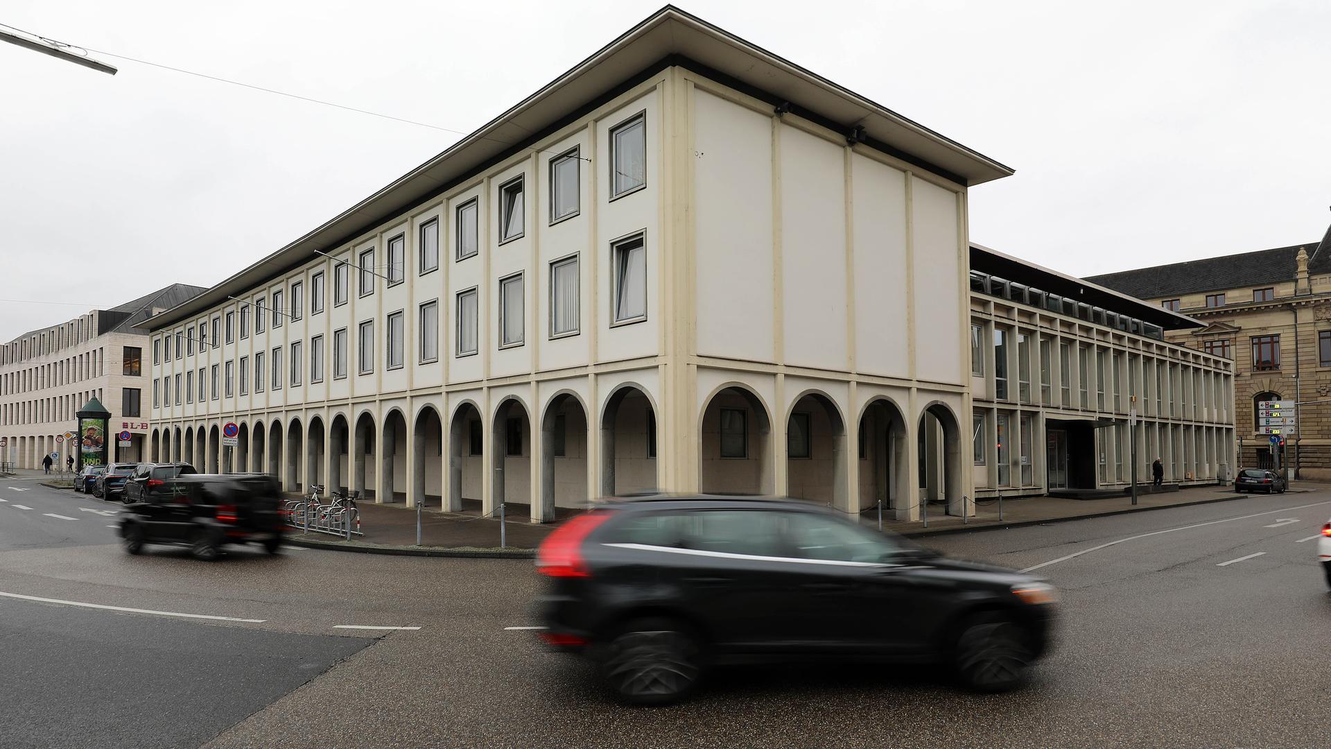 Vergewaltigungsprozess: Am Amtsgericht Karlsruhe muss sich ein Künstler des Badischen Staatstheaters wegen mutmaßlicher sexueller Übergriffe verantworten.