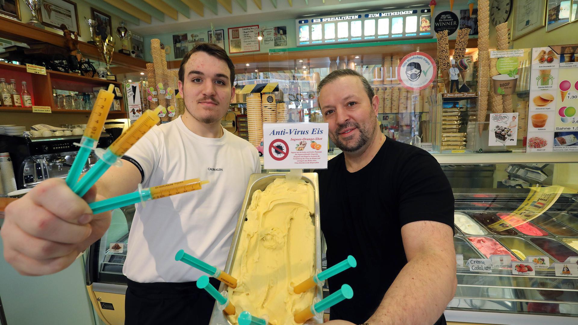 Zwei Männer mit Eis und Spritzen