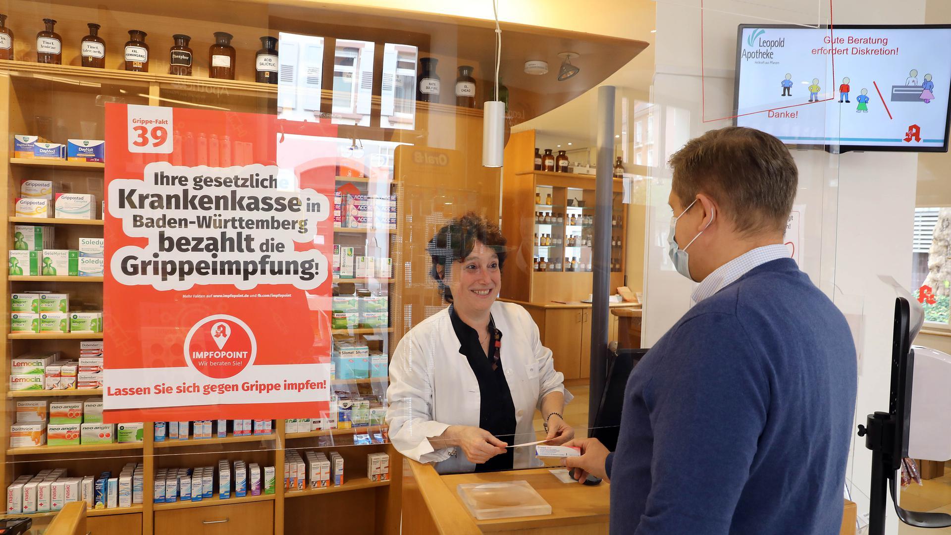 Kunde und Verkäuferin in einer Karlsruher Apotheke.