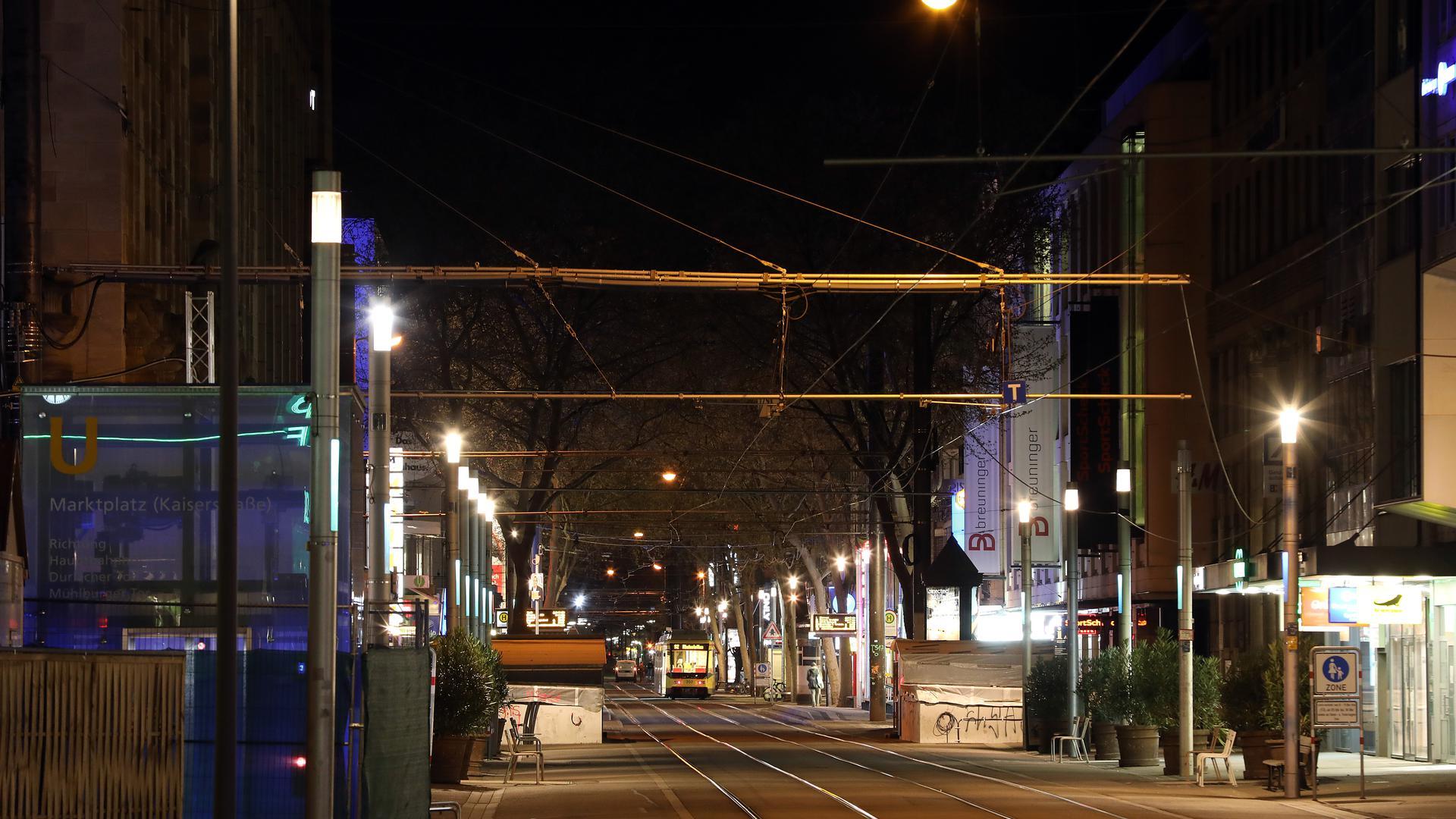 © Jodo-Foto /  Joerg  Donecker// 17.04.2021 Ausgangssperre / Corona-Lockdown, Foto: Innenstadt Karlsruhe,         -Copyright - Jodo-Foto /  Joerg  Donecker Sonnenbergstr.4  D-76228 KARLSRUHE TEL:  0049 (0) 721-9473285 FAX:  0049 (0) 721 4903368  Mobil: 0049 (0) 172 7238737 E-Mail:  joerg.donecker@t-online.de Sparkasse Karlsruhe  IBAN: DE12 6605 0101 0010 0395 50, BIC: KARSDE66XX Steuernummer 34140/28360 Veroeffentlichung nur gegen Honorar nach MFM zzgl. ges. Mwst.  , Belegexemplar und Namensnennung. Es gelten meine AGB.