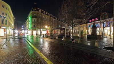Menschenleer: Auf dem Ludwigsplatz herrscht wegen der Ausgangssperre nach 20 Uhr auch am Wochenende eine gespenstische Atmosphäre.