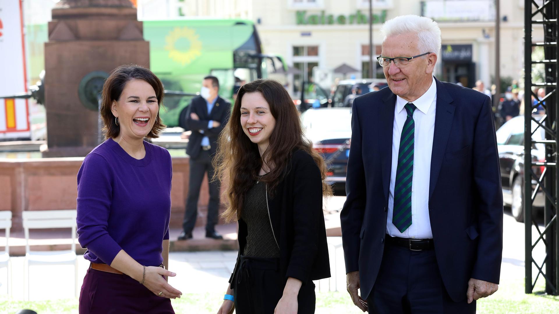 Wahlkampf der Gruenen in Karlsruhe mit Annalena Baerbock, MP Kretschmann, Zoe Mayer auf dem Marktplatz.