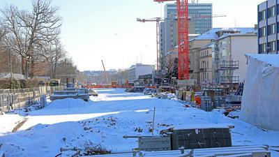 Ungestörte Winteridylle:  Die neue Kriegsstraße ist beim Nymphengarten eine Schnee-Stadt-Landschaft. Die Orange-Kittel mussten die Arbeit in der Kälte einstellen.
