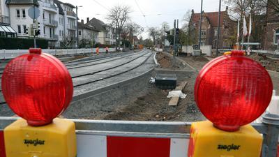 Noch zwei Wochen gesperrt: Ab 28. November fährt die Straßenbahn wieder durch die Moltkestraße. Diese Haltestelle beim Klinikum (rechts) kann dann aber noch nicht genutzt werden.