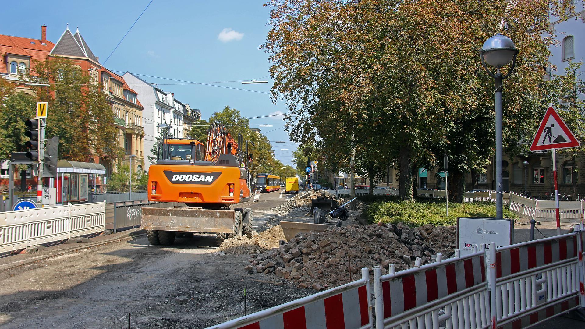 Alles Baustelle: Stadtauswärts geht  auf der Haid-und-Neu-Straße beim Karl-Wilhelm-Platz  nichts mehr für. Auf der Hauptroute durch die Oststadt  wird  der Straßenraum zu Gunsten der Radfahrer  umgestaltet.