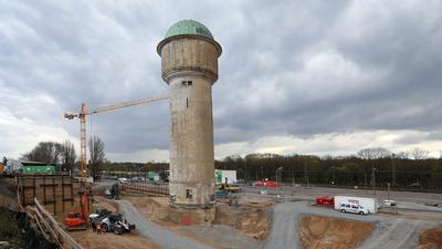Bautätigkeit: Rund um den Wasserturm Ecke Fautenbruch- und Ettlinger Straße entstehen Büroflächen und ein Hotelbetrieb.