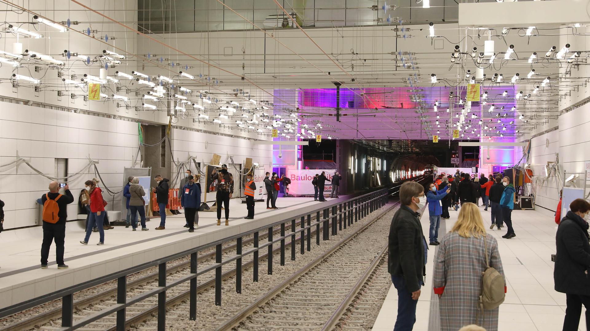 Erstmal nur zu Besuch: Gut 8.000 Menschen nutzten am Samstag die Gelegenheit, beim Tag der offenen Baustelle die unterirdische Haltestelle Marktplatz/Kaiserstraße der Karlsruher Kombilösung zu besichtigen.