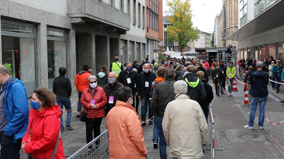Schlangestehen vor der Attraktion: In der Lammstraße sammelten sich die Besucher vor dem Eingang zur Untergrund-Bahnhaltestelle Marktplatz/Kaiserstraße.
